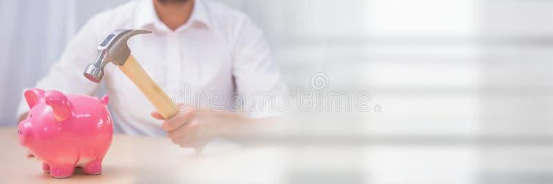 Άτομο με ένα σφυρί και μια piggy τράπεζα στοκ εικόνα με δικαίωμα ελεύθερης χρήσης