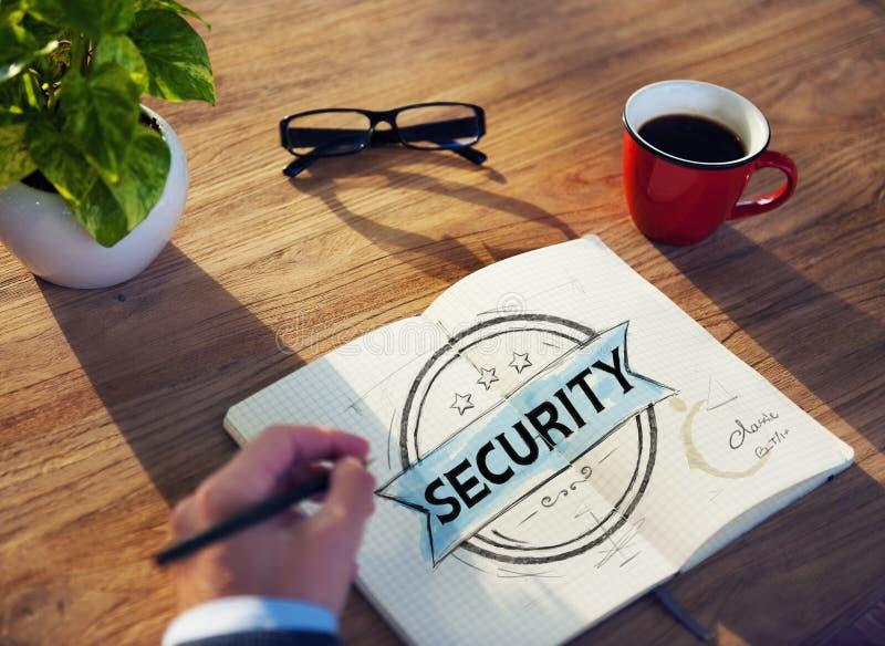 Άτομο με μια σημείωση και μια ασφάλεια μεμονωμένης λέξης στοκ εικόνες με δικαίωμα ελεύθερης χρήσης