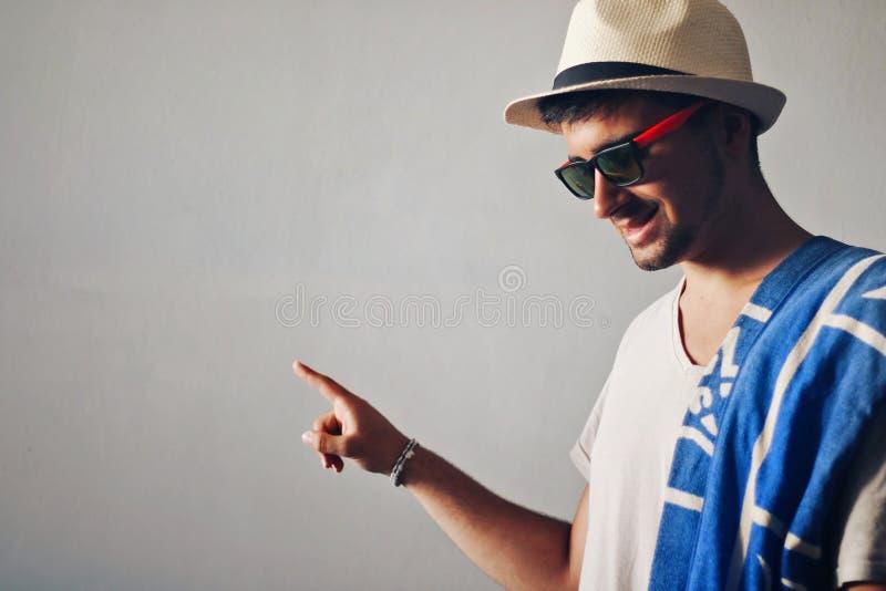 Άτομο με μια υπόδειξη καπέλων στοκ φωτογραφίες