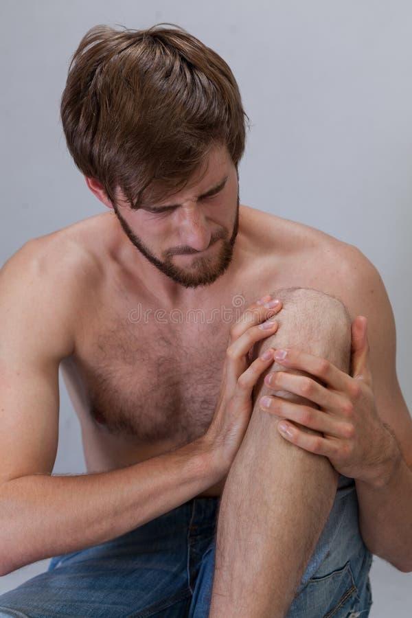 Άτομο με να βλάψει το γόνατο στοκ εικόνες
