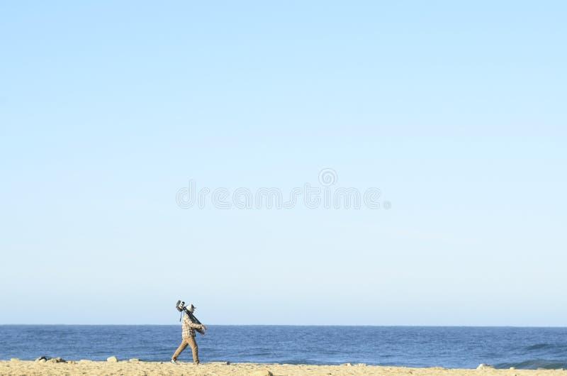 Άτομο με τα βιντεοκάμερα στο τρίποδο στο τοπίο Baja, Μεξικό ακτών παραλιών στοκ φωτογραφίες με δικαίωμα ελεύθερης χρήσης