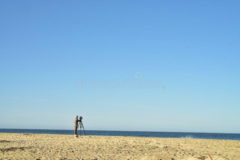 Άτομο με τα βιντεοκάμερα στο τρίποδο στο τοπίο Baja, Μεξικό ακτών παραλιών στοκ εικόνες με δικαίωμα ελεύθερης χρήσης