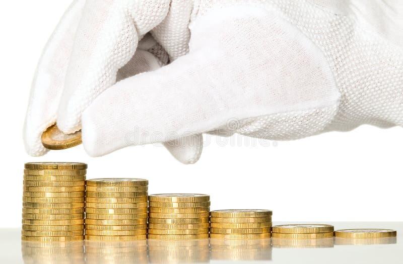 Άτομο με τα γάντια που μετρούν τα χρήματα στοκ εικόνα με δικαίωμα ελεύθερης χρήσης