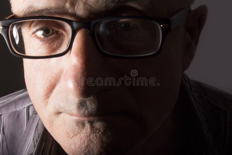 Άτομο με τα μαύρα γυαλιά στοκ εικόνες