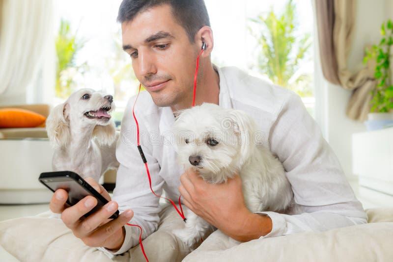 Άτομο με τα σκυλιά του στοκ εικόνες