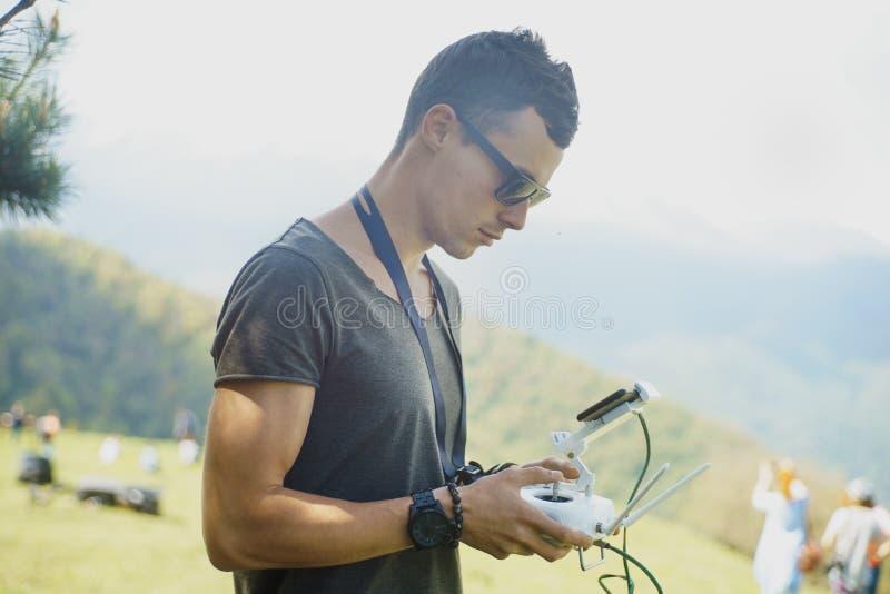 Άτομο με τα quadrocopters τηλεχειρισμών στοκ φωτογραφία με δικαίωμα ελεύθερης χρήσης