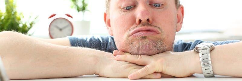 Άτομο με την αστεία έκφραση του προσώπου που κοιτάζει επίμονα στο κινητό τηλέφωνο στοκ εικόνα