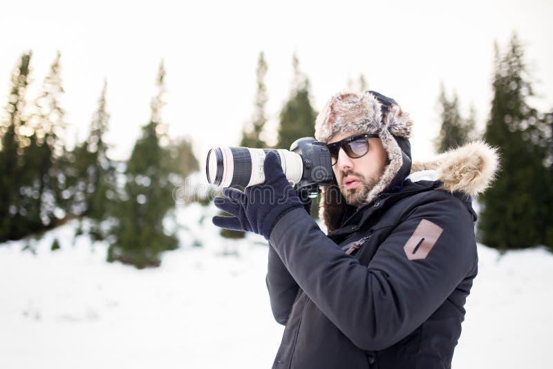 Άτομο με την επαγγελματική κάμερα που φωτογραφίζει το βουνό Λήψη μιας φωτογραφίας ενός τοπίου βουνών στοκ εικόνες