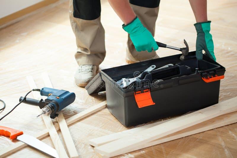 Άτομο με την εργαλειοθήκη κατά τη διάρκεια της ανακαίνισης στοκ εικόνα