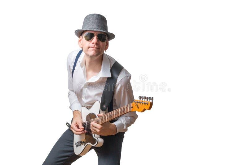 Άτομο με την ηλεκτρική κιθάρα γυαλιών ήλιων και παιχνιδιών καπέλων στοκ εικόνα με δικαίωμα ελεύθερης χρήσης