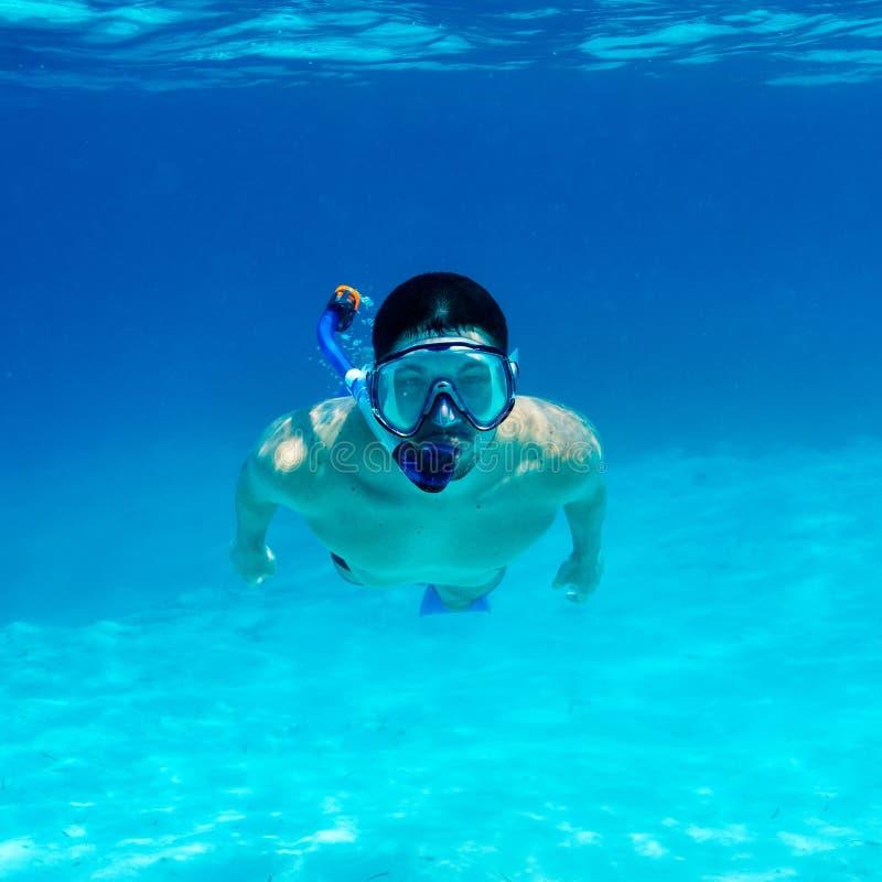 Άτομο με την κολύμβηση με αναπνευστήρα μασκών στοκ εικόνες