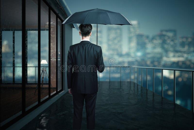 Άτομο με την ομπρέλα στο μπαλκόνι στοκ φωτογραφία με δικαίωμα ελεύθερης χρήσης