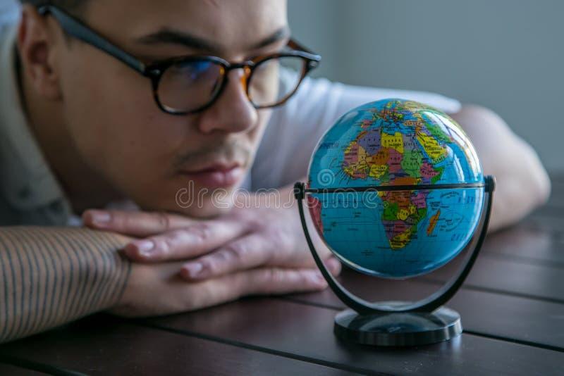 Άτομο με την παγκόσμια σφαίρα στοκ φωτογραφίες