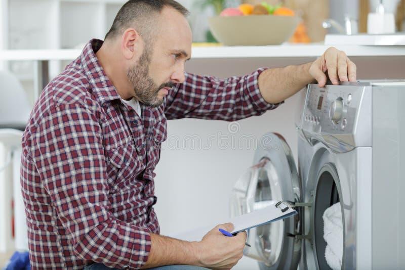 Άτομο με την περιοχή αποκομμάτων κοντά στο πλυντήριο στοκ φωτογραφίες με δικαίωμα ελεύθερης χρήσης