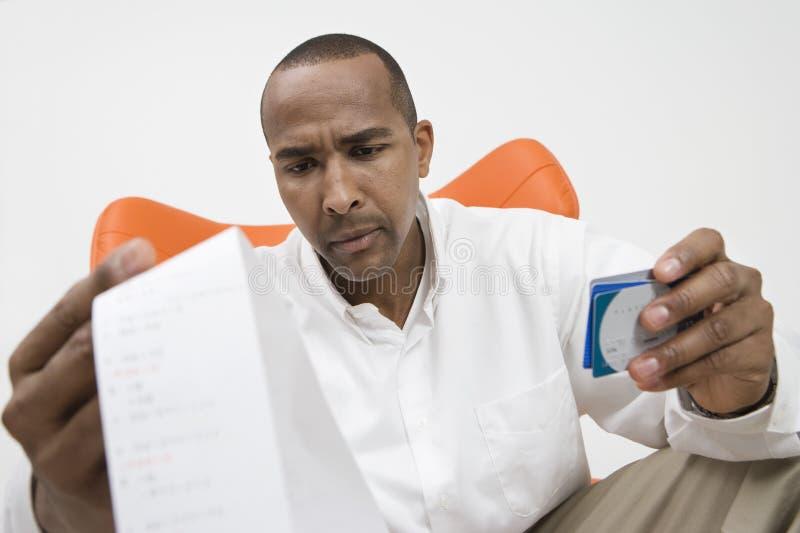 Άτομο με την πιστωτική κάρτα και Μπιλ στοκ εικόνες
