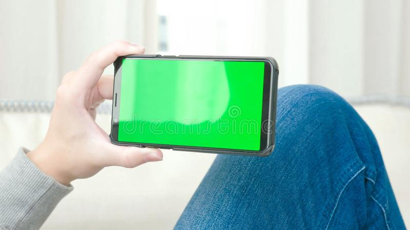 Άτομο με την πράσινη οθόνη στοκ φωτογραφίες