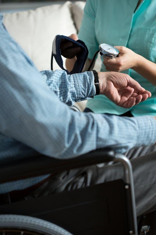 Άτομο με την υπέρταση στοκ φωτογραφία