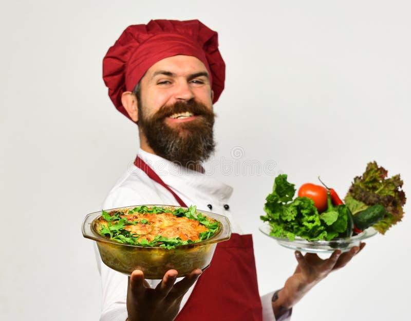 Άτομο με τη γενειάδα στο άσπρο υπόβαθρο Μάγειρας με το υπερήφανο χαμόγελο στοκ εικόνα