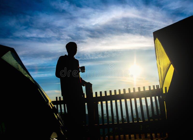 Άτομο με τη θέα βουνού προσοχής καφέ στοκ εικόνες με δικαίωμα ελεύθερης χρήσης
