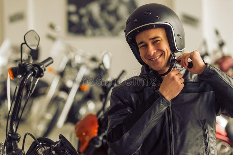Άτομο με τη μοτοσικλέτα στοκ φωτογραφία με δικαίωμα ελεύθερης χρήσης