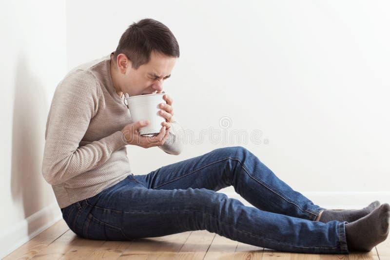 Άτομο με τη ναυτία στο πάτωμα στοκ φωτογραφία με δικαίωμα ελεύθερης χρήσης