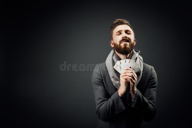 Άτομο με τις κάρτες παιχνιδιού σε ένα σκοτεινό υπόβαθρο στοκ φωτογραφία με δικαίωμα ελεύθερης χρήσης