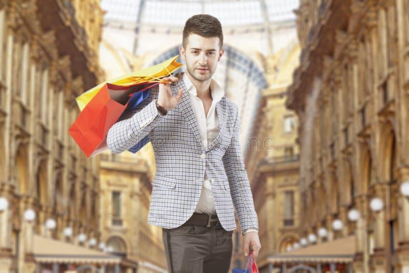 Άτομο με τις τσάντες αγορών σε Vittorio Emanuele Gallery, στο Μιλάνο στοκ φωτογραφία