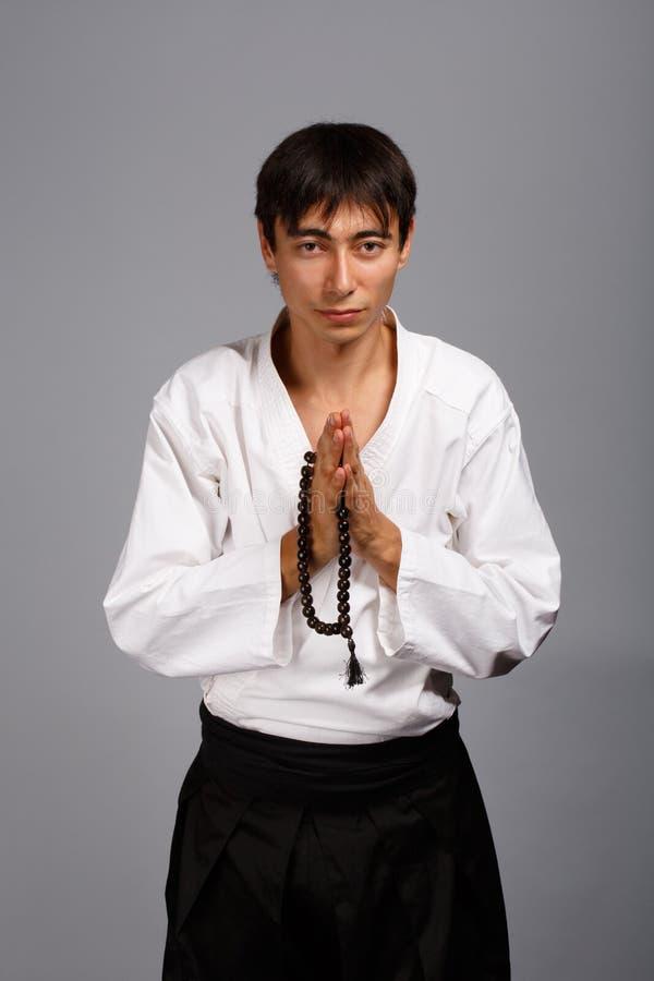 Άτομο με τις χάντρες προσευχής στοκ εικόνες