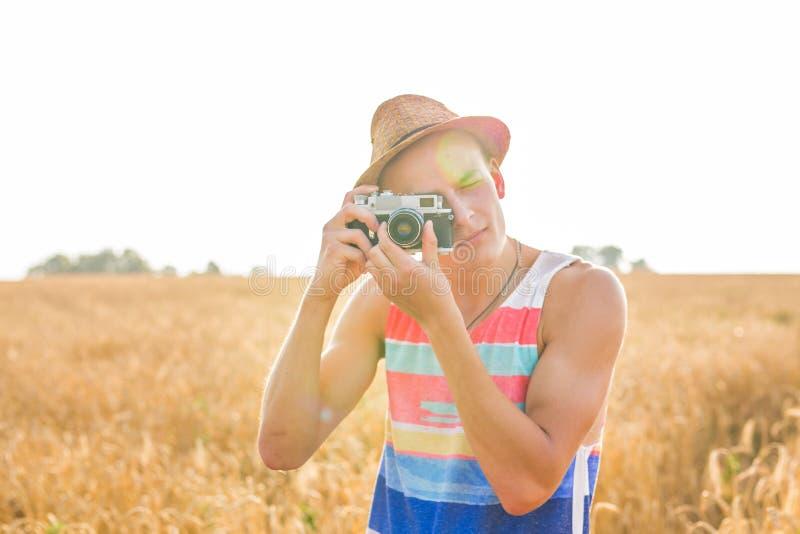 Άτομο με τον αναδρομικό τρόπο ζωής ταξιδιού μόδας καμερών φωτογραφιών υπαίθριο στοκ φωτογραφίες