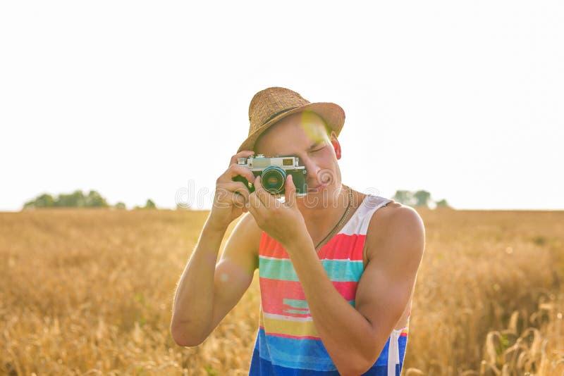 Άτομο με τον αναδρομικό τρόπο ζωής ταξιδιού μόδας καμερών φωτογραφιών υπαίθριο στοκ φωτογραφίες με δικαίωμα ελεύθερης χρήσης