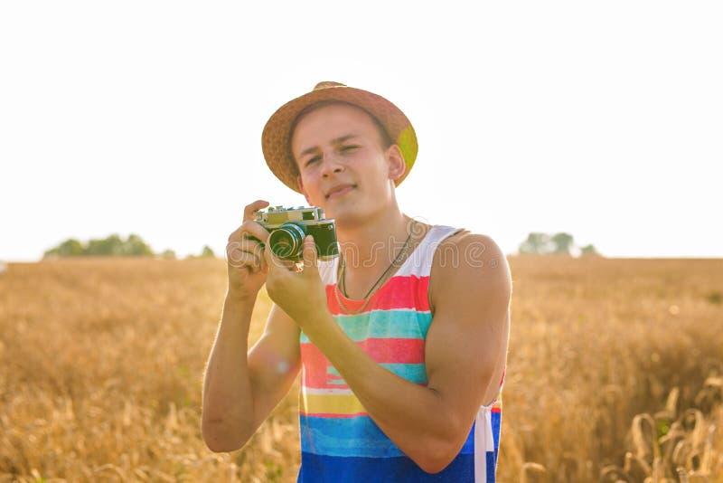 Άτομο με τον αναδρομικό τρόπο ζωής ταξιδιού μόδας καμερών φωτογραφιών υπαίθριο στοκ εικόνα