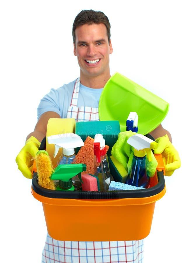 Άτομο με τον κάδο των καθαρίζοντας προϊόντων στοκ φωτογραφίες