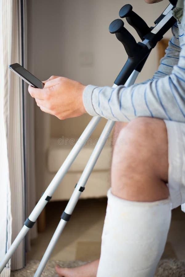 Άτομο με τον τραυματισμό που κάνει μια κλήση στοκ εικόνες