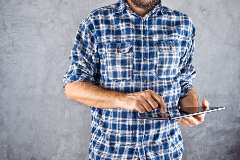 Άτομο με τον ψηφιακό υπολογιστή ταμπλετών στοκ φωτογραφία