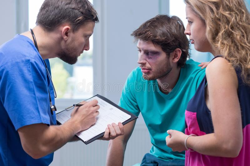 Άτομο με τους μώλωπες στο νοσοκομείο στοκ εικόνες με δικαίωμα ελεύθερης χρήσης