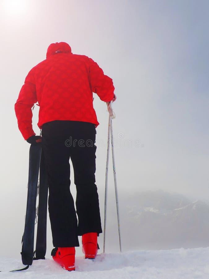 Άτομο με τους ουρανούς καμπυλών διασκέδασης στο χιόνι στα βουνά στοκ φωτογραφία