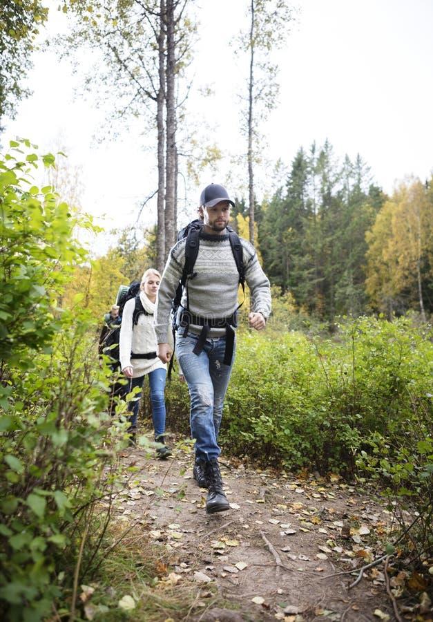 Άτομο με τους φίλους που περπατούν στο ίχνος πεζοπορίας στοκ εικόνα με δικαίωμα ελεύθερης χρήσης