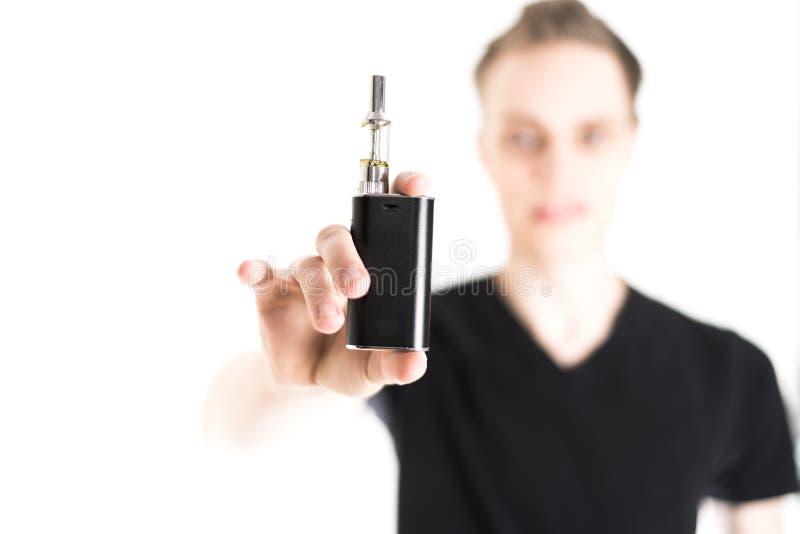 Άτομο με το ηλεκτρονικό τσιγάρο στοκ εικόνες