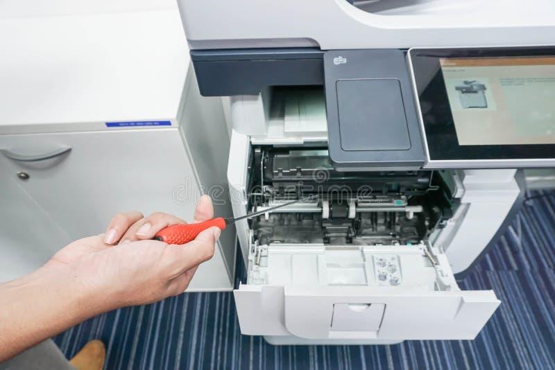 Άτομο με το διαθέσιμο εκτυπωτή αποτυπώσεων χεριών κατσαβιδιών στοκ φωτογραφία με δικαίωμα ελεύθερης χρήσης