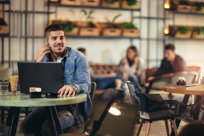 Άτομο με το κινητό τηλέφωνο στον καφέ στοκ εικόνα με δικαίωμα ελεύθερης χρήσης