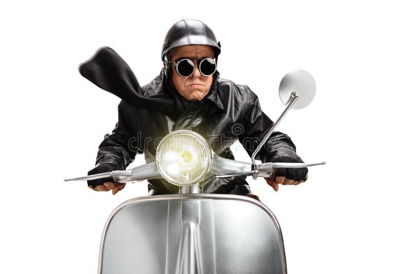 Άτομο με το κράνος που οδηγά μια εκλεκτής ποιότητας μοτοσικλέτα στοκ εικόνα με δικαίωμα ελεύθερης χρήσης