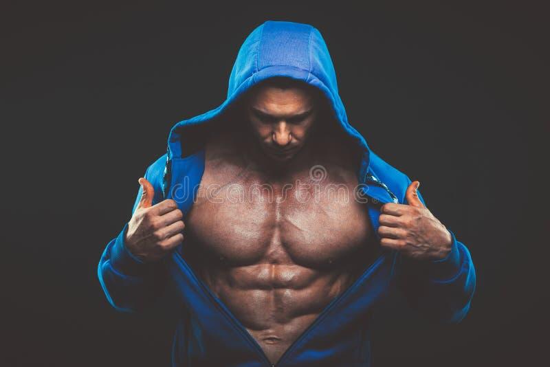 Άτομο με το μυϊκό κορμό Ισχυρός αθλητικός πρότυπος κορμός ικανότητας ατόμων στοκ εικόνες