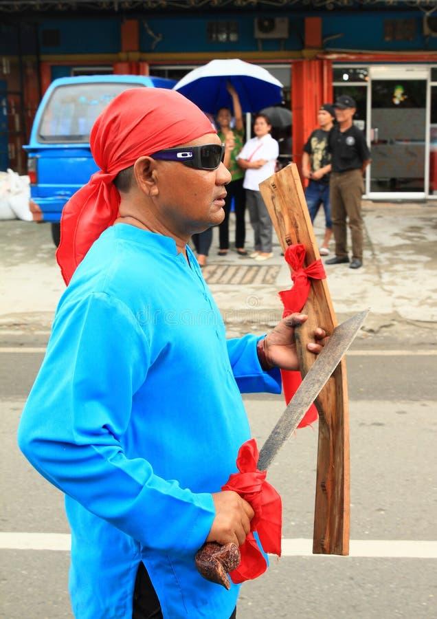 Άτομο με το ξίφος και ασπίδα από Maluku Utara στοκ φωτογραφία με δικαίωμα ελεύθερης χρήσης