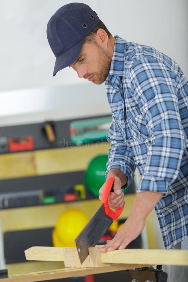 Άτομο με το τέμνον ξύλο handsaw υπαίθρια στοκ φωτογραφίες με δικαίωμα ελεύθερης χρήσης