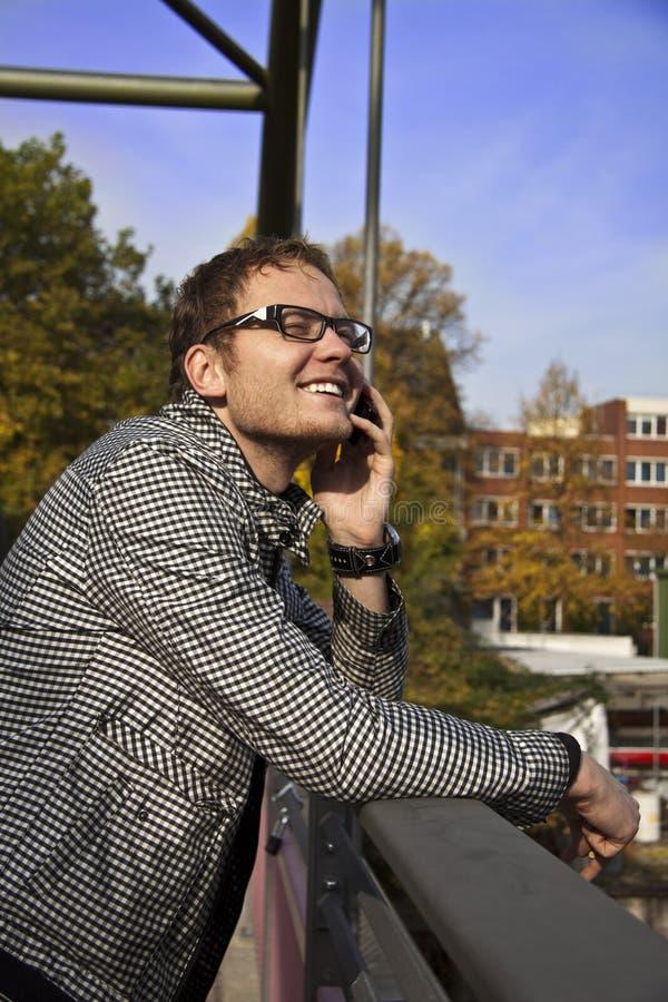 Άτομο με το τηλέφωνο στοκ φωτογραφίες με δικαίωμα ελεύθερης χρήσης