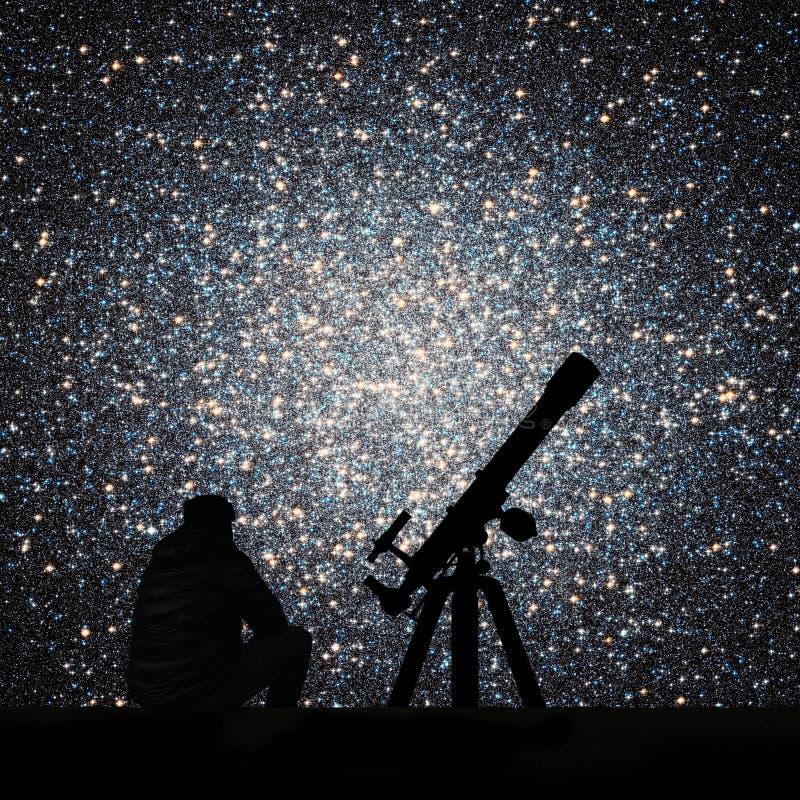 Άτομο με το τηλεσκόπιο που εξετάζει τα αστέρια τομέας globular στοκ εικόνες