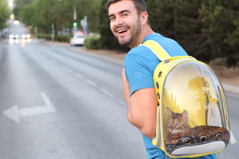 Άτομο με το φανταχτερό μεταφορέα κατοικίδιων ζώων στοκ φωτογραφία