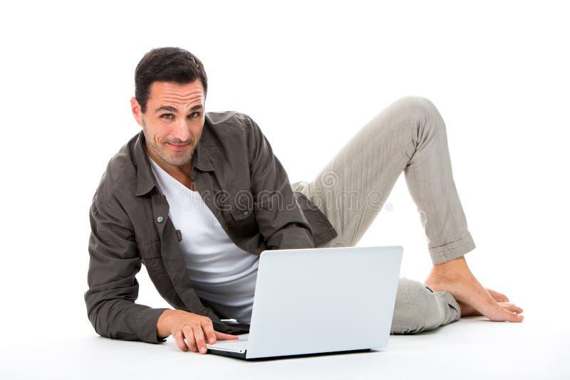 Άτομο με το lap-top που εξετάζει τη κάμερα στοκ εικόνες με δικαίωμα ελεύθερης χρήσης