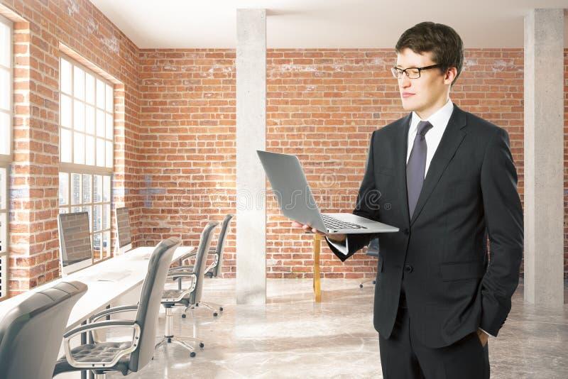 Άτομο με το laptp στην αρχή διανυσματική απεικόνιση