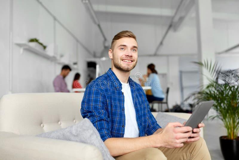 Άτομο με το PC ταμπλετών που λειτουργεί στο γραφείο στοκ φωτογραφία